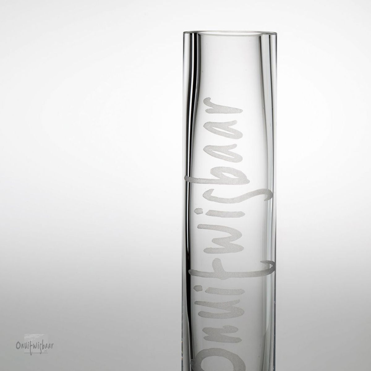 slank hoog vaasje van dik glas